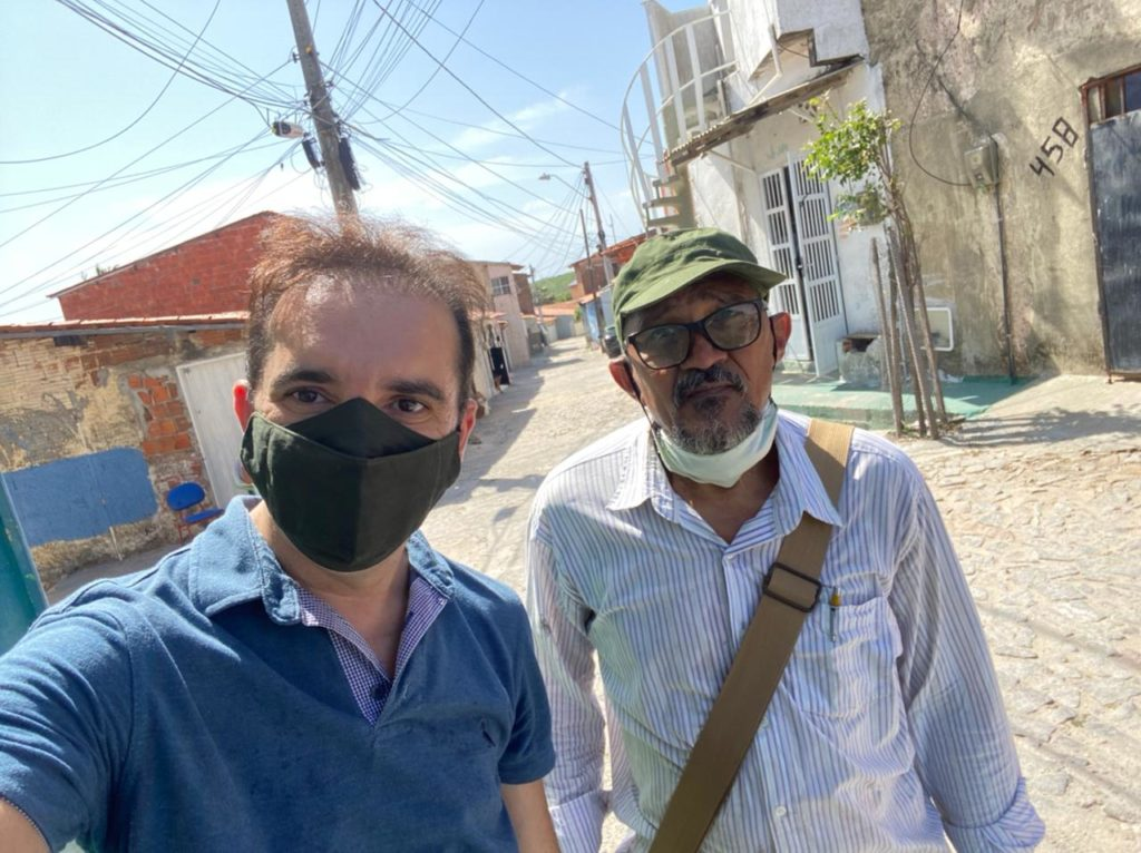Defensor Hélio Vasconcelos com o morador Carlos da Silva